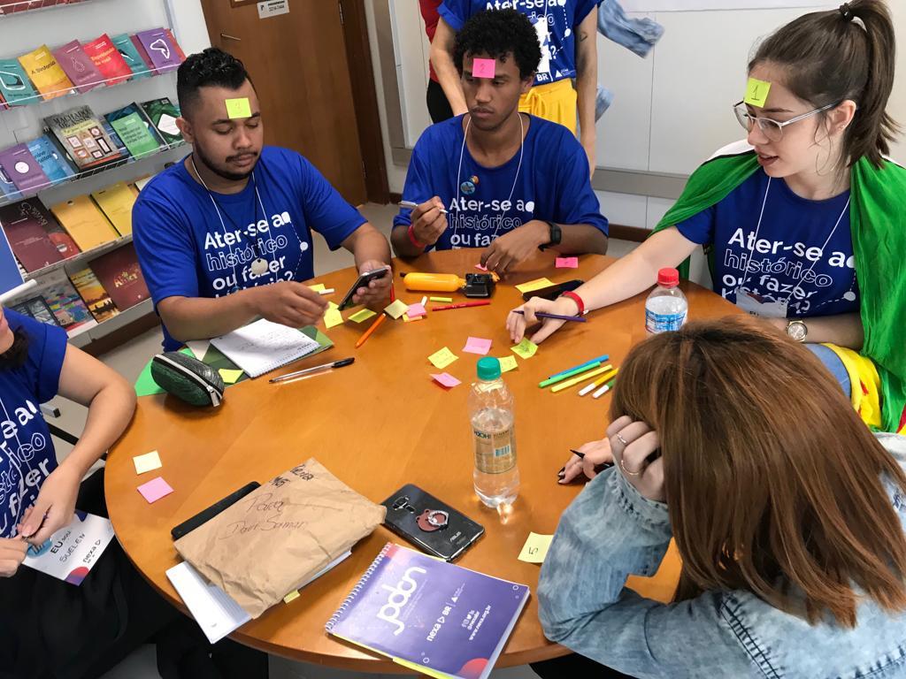 Voluntários da Ancar doam horas de trabalho para ajudar a formar jovens do ensino médio